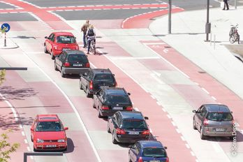 The integrally colored and two-layer concrete pavement can even withstand high traffic volumes.