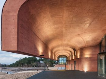 The structure remains true to its natural environment even on the inside – thanks to colored concrete and plenty of light.